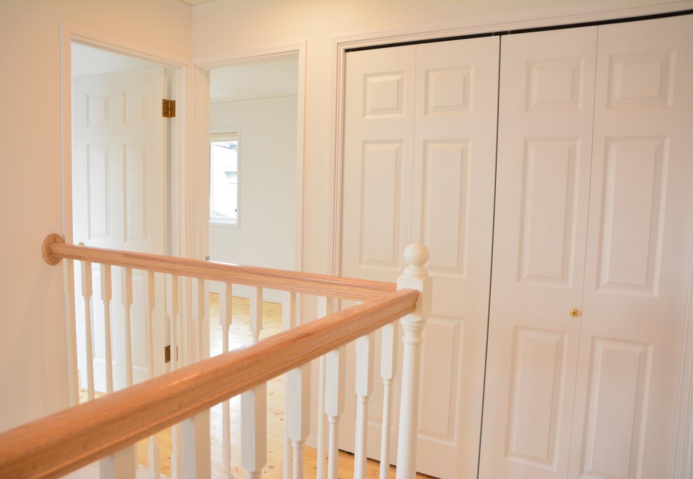 2階ホール部分は、ナチュラルなデザインの手すり、白い壁、白いドアが織りなす爽快感が心地良い