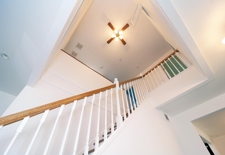 セルコホーム浜松(オバタケイ)【輸入住宅、省エネ、ガレージ】吹抜けリビング階段。踏み板と手すりに木の質感が映える。白とのコントラストがカジュアリーな装い