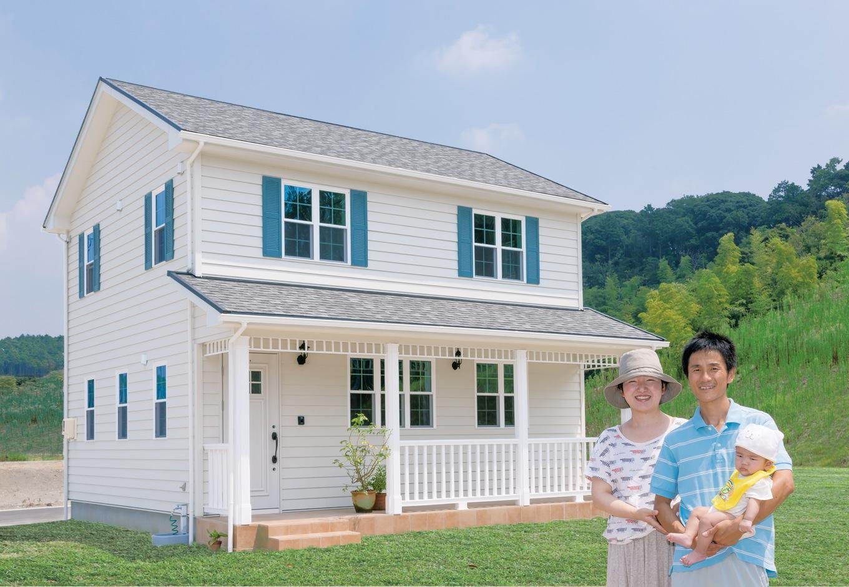 セルコホーム浜松(オバタケイ)【収納力、輸入住宅、省エネ】北米住宅の代表格で、日本でも根強い人気のアーリーアメリカン。ラップサイディングの外壁やカバードポーチで構成する。ブルーの飾り雨戸がポイントに