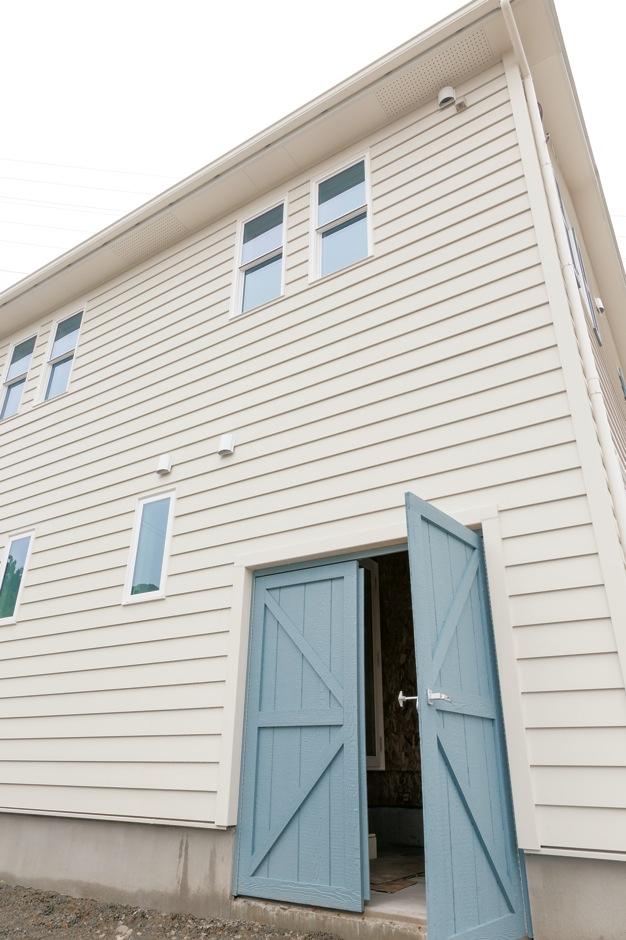 セルコホーム浜松(オバタケイ)【収納力、輸入住宅、省エネ】ご主人の長年の夢を叶えたビルトインのバイクガレージ。扉の色は飾り雨戸と揃えた
