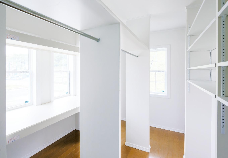 セルコホーム浜松(オバタケイ)【収納力、輸入住宅、省エネ】2階の寝室内にあるウォークインクローゼットはなんと6畳。奥さまが趣味のソーイングを楽しむために広い作業台も造作した。両側からポールに衣服をかけられるような配置はアイデア勝ち!