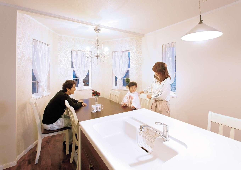 セルコホーム浜松(オバタケイ)【デザイン住宅、輸入住宅、インテリア】塔屋によってできた空間をダイニングルームとし、家族団らんの場に。塔の中に暮らすのはかわいいプリンセス!