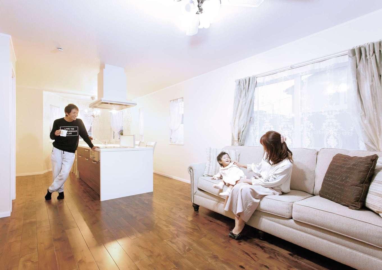 セルコホーム浜松(オバタケイ)【デザイン住宅、輸入住宅、インテリア】家族が自然と集まるLDK。奥様自慢のアイランドキッチンが要となり、リビングとダイニングをつなぐ