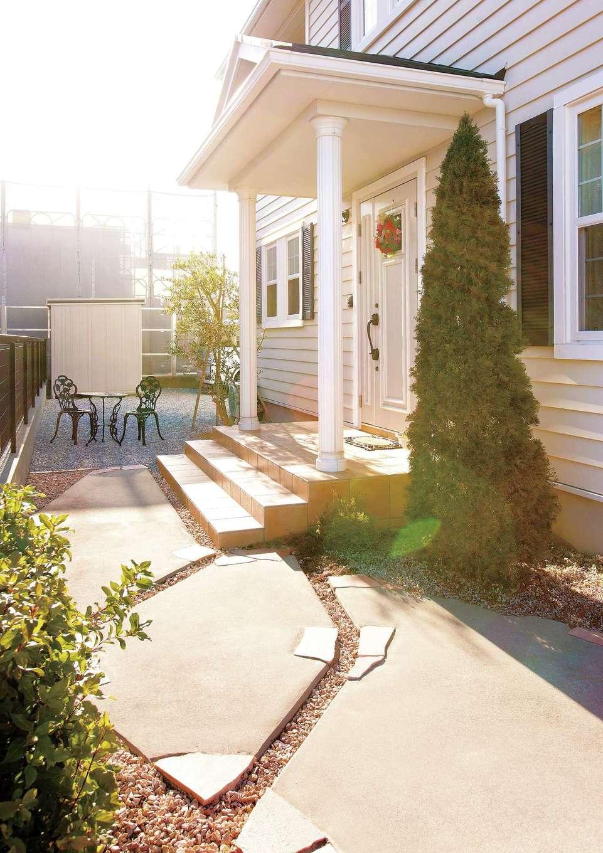 セルコホーム浜松(オバタケイ)【デザイン住宅、輸入住宅、インテリア】季節ごとの植栽と装飾で表情が豊かに変わるアプローチ