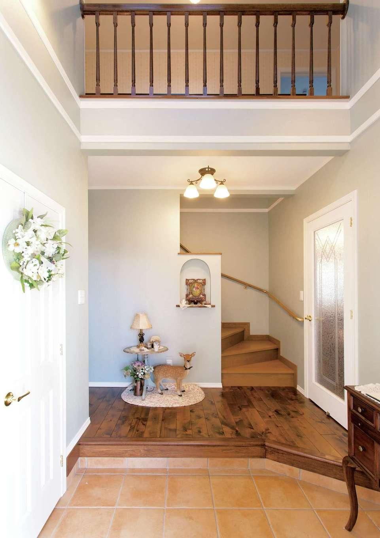 セルコホーム浜松(オバタケイ)【デザイン住宅、輸入住宅、インテリア】玄関を入ると迎えてくれるのは奥さまお手製のトールペイントのウェルカムボード。右のドアはリビングへ、左は洗面所へと回遊できる