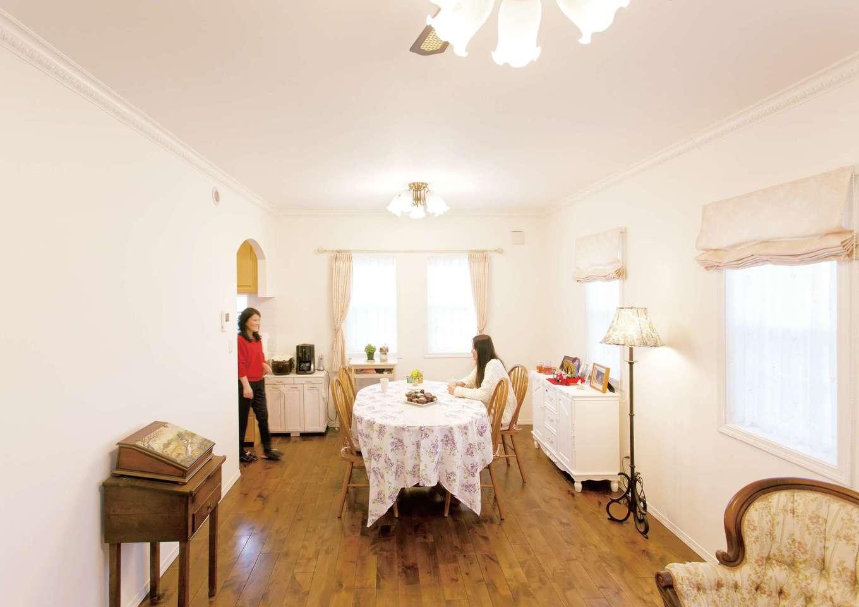 セルコホーム浜松(オバタケイ)【デザイン住宅、輸入住宅、インテリア】アルダー材19mmの床は落ち着いたアッシュカラーで、アンティーク家具との相性もいい。断熱性の高いオリジナル樹脂サッシは洋館のアクセントに