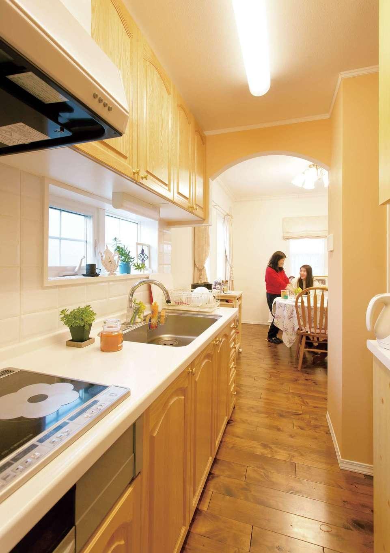 セルコホーム浜松(オバタケイ)【デザイン住宅、輸入住宅、インテリア】キッチンは独立型を採用し、背面にパントリーを配置した。リビングからキッチン、洗面へと通り抜けでき、家事動線もスムーズ