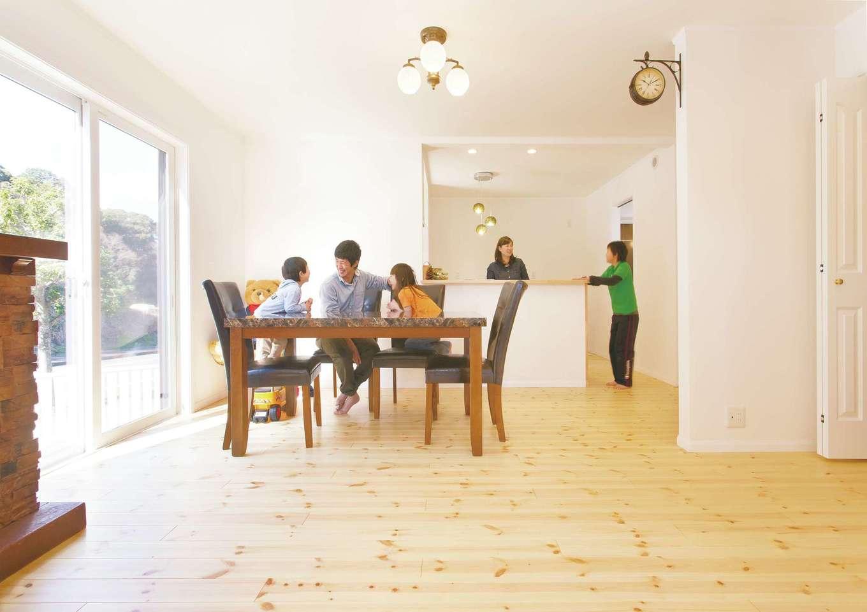 セルコホーム浜松(オバタケイ)【子育て、輸入住宅、趣味】家族の笑顔がはじけるダイニングキッチン。重厚なテーブルは、ナチュラルなインテリアを引き締め存在感を放つ