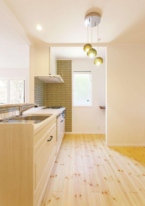 セルコホーム浜松(オバタケイ)【子育て、輸入住宅、趣味】グリーンのタイルが美しいキッチン。炎で調理したい派の奥さまはガスをチョイス