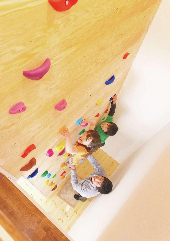 セルコホーム浜松(オバタケイ)【子育て、輸入住宅、趣味】もとはパパの趣味だったボルダリングは子どもたちも夢中に。雨の日でもこれなら遊べる