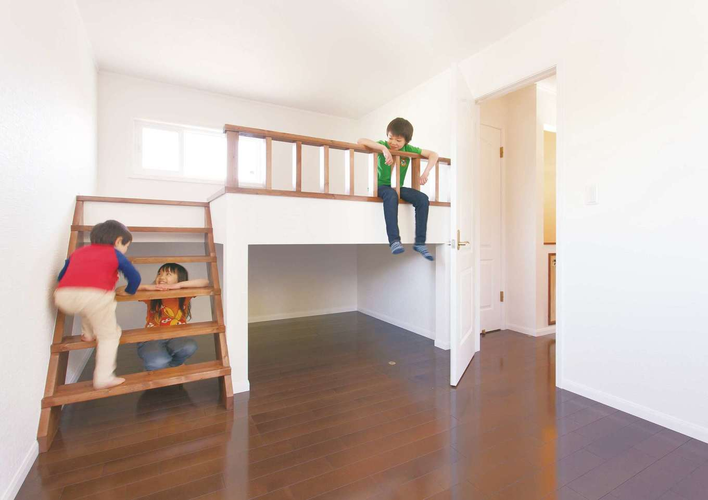 セルコホーム浜松(オバタケイ)【子育て、輸入住宅、趣味】格子窓とアーチの開口部が洋館テイストでかわいい寝室。アーチの向こうはウォークインクローゼット