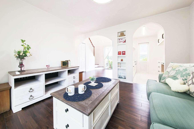 セルコホーム浜松(オバタケイ)【輸入住宅、間取り、インテリア】白い塗り壁と無垢フローリングで仕上げたエレガントなリビングに「Ashley(アシュレイ)社」の家具がベストマッチ