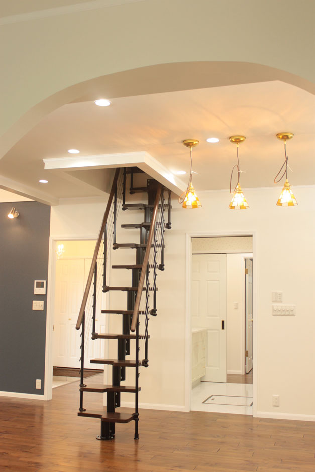 セルコホーム浜松(オバタケイ)【デザイン住宅、輸入住宅、平屋】ロフトつきのリビングにある階段はイタリア製。コンパクトながらおしゃれだ