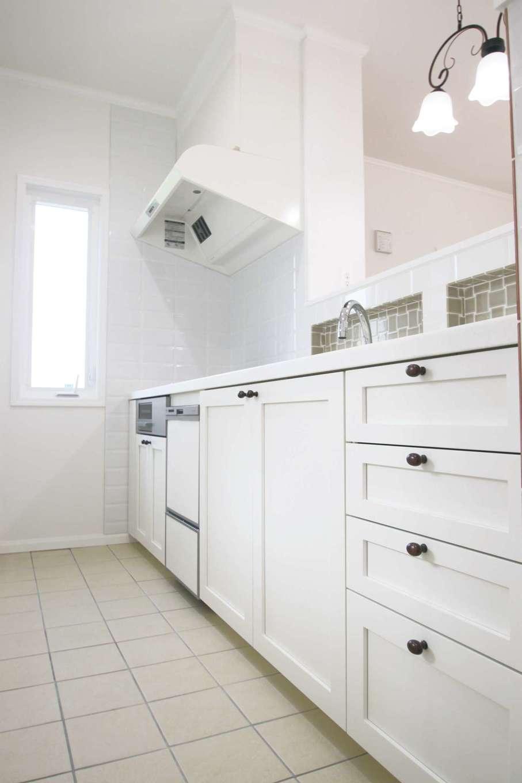 デザインと品質を兼ね備えた「セルコ」オリジナルのメリットキッチン。シンク前のタイル貼り棚が便利