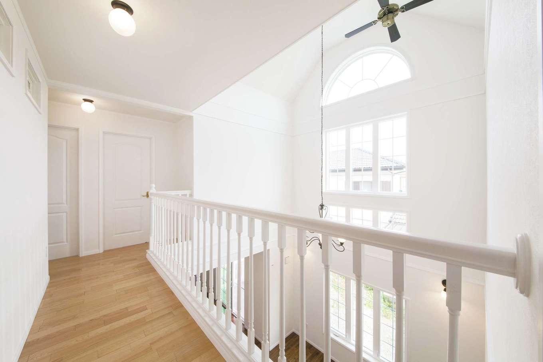 2階の通路は窓からの日差しをいっぱいに取り込む。オシャレなデザインの窓は気密性も高く、結露がないのも魅力