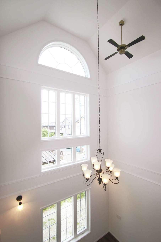 天井から吊るされた長さ3mのシャンデリアの光が白の空間に映える