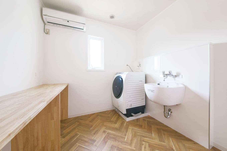 2階に設けたランドリールーム。靴洗い用シンク、部屋干し、アイロン台も備え、家事時間を短縮