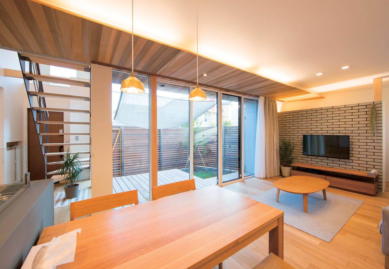 TENアーキテクツ 一級建築士事務所【デザイン住宅、狭小住宅、建築家】キッチンからはリビング、玄関、寝室まで目が届き、お子さんがどこにいても安心