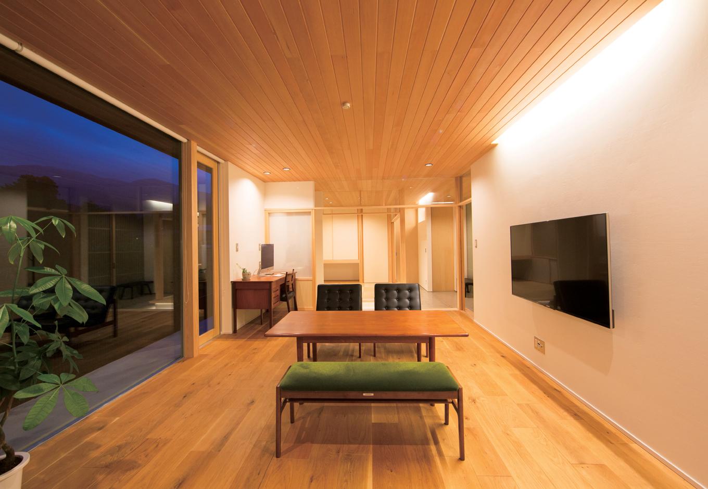 TENアーキテクツ 一級建築士事務所【デザイン住宅、夫婦で暮らす、建築家】10人がかりで運び入れたガラスをはめ込んだ大窓から、周囲の自然を取り込む。多くの友人が集うT邸のもてなし空間を、間接照明が優しく照らす