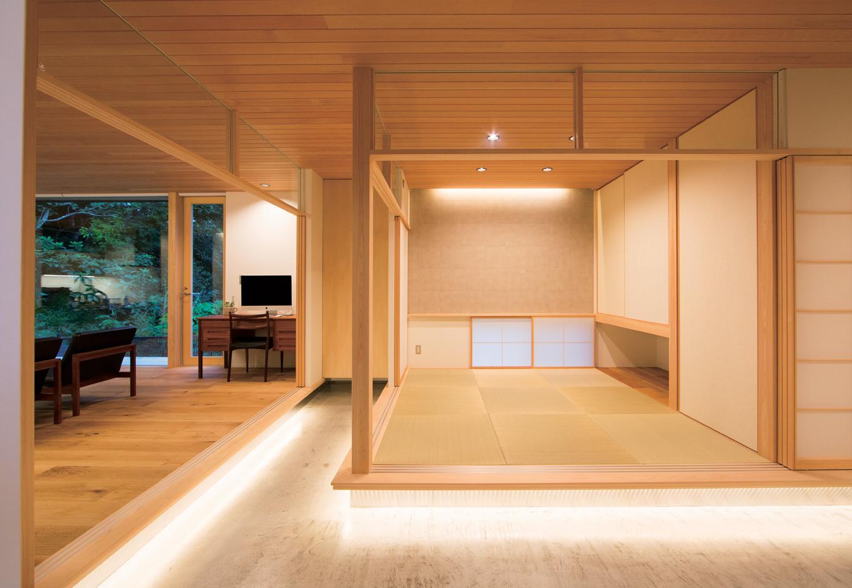 TENアーキテクツ 一級建築士事務所【デザイン住宅、夫婦で暮らす、建築家】和室とダイニングの下には間接照明を。夜は、まるで浮かび上がっているかのように幻想的