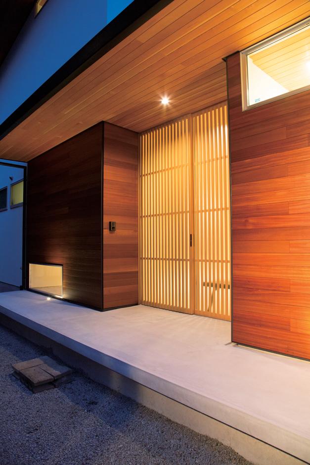 TENアーキテクツ 一級建築士事務所【デザイン住宅、夫婦で暮らす、建築家】ベイマツのピーラー材を用いて、軒の美しいラインが強調されたエントランス。格子の引き戸とともに、落ち着いた和の佇まいを演出している
