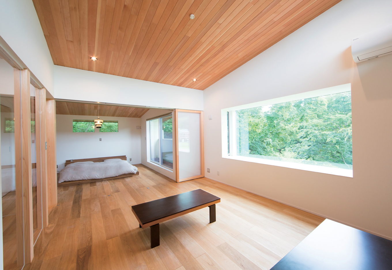 TENアーキテクツ 一級建築士事務所【デザイン住宅、夫婦で暮らす、建築家】2階の寝室から続くリビング。夫婦二人の時間はここで過ごすことが多い