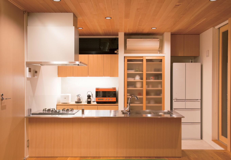 TENアーキテクツ 一級建築士事務所【デザイン住宅、夫婦で暮らす、建築家】大きなシンクのあるキッチンは造作にしたオリジナル。背面には大容量の隠す収納を備え、来客時も安心