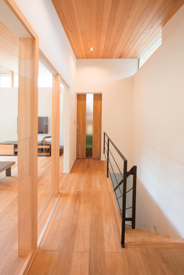 TENアーキテクツ 一級建築士事務所【デザイン住宅、夫婦で暮らす、建築家】普段は開放にしているホールとリビングは、ポリカーボネートの建具で仕切る。閉めても明るさが取り込める