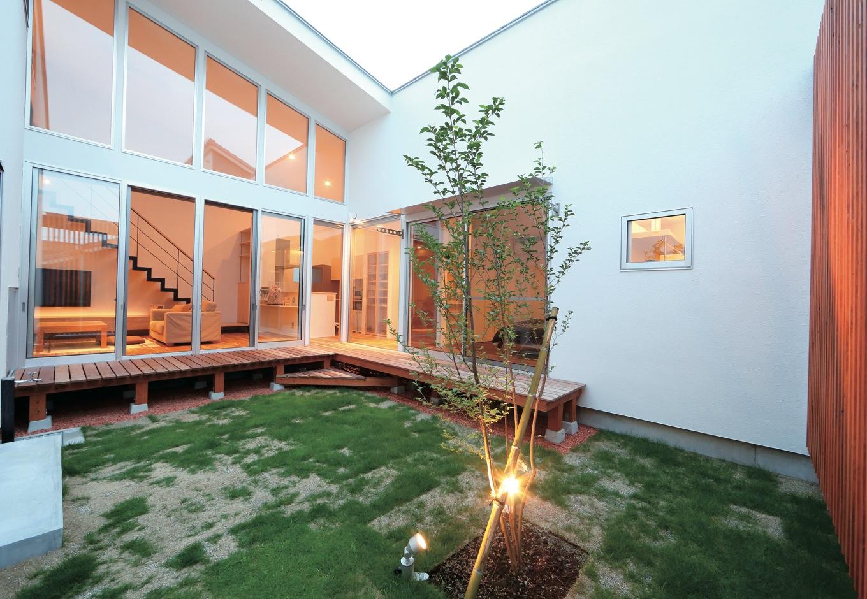 TENアーキテクツ 一級建築士事務所【デザイン住宅、ガレージ、建築家】プライバシーを保ちつつ、リビングや寝室に光を取り込む中庭。ガレージからも出入りできる