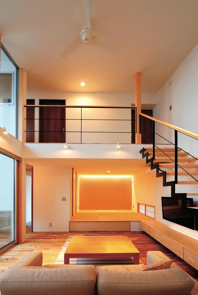 TENアーキテクツ 一級建築士事務所【デザイン住宅、ガレージ、建築家】リビングの一画に設けた和室は小上がりに。階段下のテレビボードと高さを揃えることで視覚的にすっきり