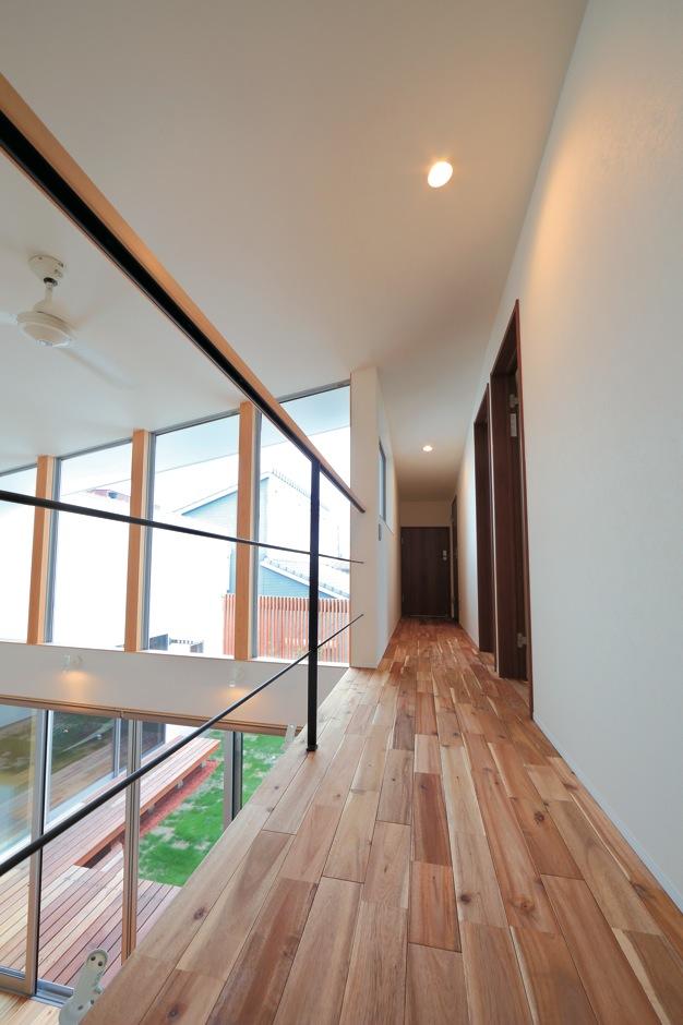 TENアーキテクツ 一級建築士事務所【デザイン住宅、ガレージ、建築家】2階ホールの床と、リビング上部の窓の下枠もラインを揃えているので、視線が先へと伸び、より空間に広がりを感じる