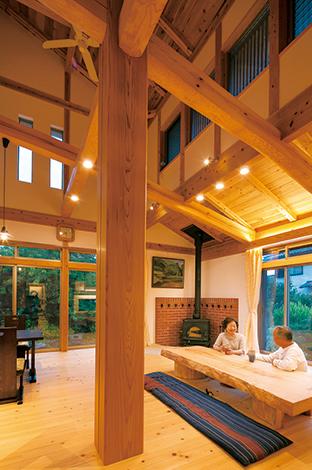 TENアーキテクツ 一級建築士事務所【和風、自然素材、建築家】吹き抜けのリビングで存在感を放つのは、 どっしりとした大黒柱。もうひとつの主役である薪ストーブは、冬、家中を温めてくれる
