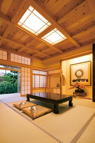 TENアーキテクツ 一級建築士事務所【和風、自然素材、建築家】和室の床の間と書院は、ご主人のお祖父さまが建てた家と同じ意匠をそっくり 再現。間接照明が柔らかな表情を生み出す
