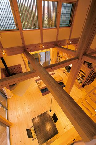TENアーキテクツ 一級建築士事務所【和風、自然素材、建築家】温もりがある梁は松の木。木肌の独特の模様が楽しめる
