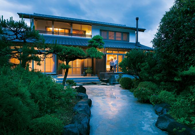 TENアーキテクツ 一級建築士事務所【和風、自然素材、建築家】夕暮れともなれば、全灯間接照明のやわらかな光がこぼれる。帰宅した時にほっとできる