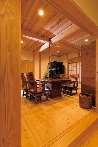 TENアーキテクツ 一級建築士事務所【和風、自然素材、建築家】ご先祖を敬う気持ちから、LDKから一段上げた仏間。飴色に輝くけ やきの囲炉裏を囲んで、家族の会話も弾みそう