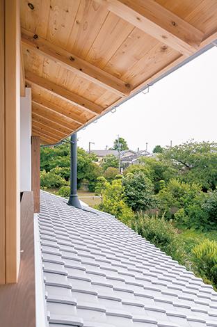 TENアーキテクツ 一級建築士事務所【和風、自然素材、建築家】いぶし瓦と薪ストーブの煙突が、この家の外観のポイント