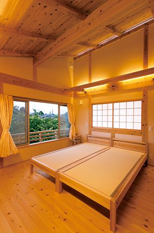 寝室の窓からは富士山と箱根を望む。吹抜け側 の壁につけた障子窓は、明かり取りや空気循環に