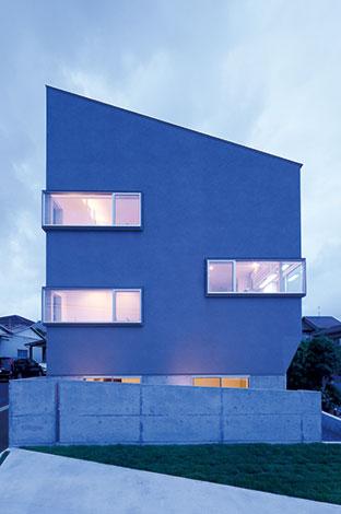 TENアーキテクツ 一級建築士事務所【デザイン住宅、スキップフロア、建築家】手前にゆるやかに下っている敷地の特性を活かすため、スキップフロアが提案された。吟味された出窓の幅により、シャープさのなかに重厚感を演出。外構は壁の角度や芝のラインまで計算されている