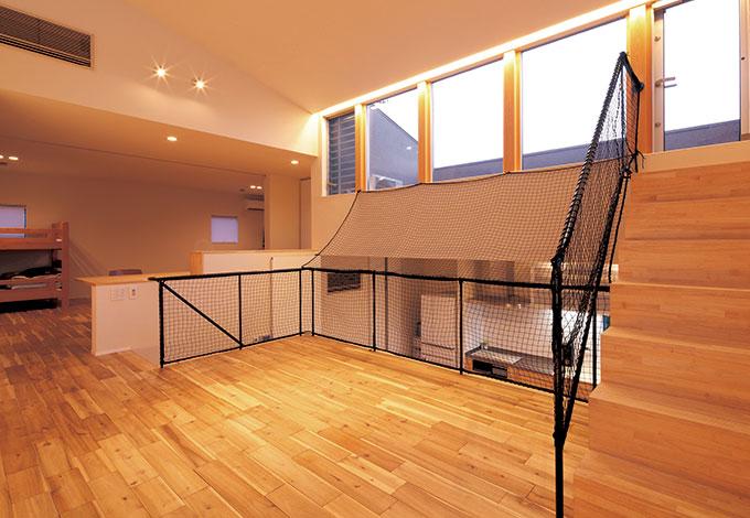 TENアーキテクツ 一級建築士事務所【デザイン住宅、スキップフロア、建築家】お子さまが小さなうちは子ども部屋を開放し、リビ ングの広さとつながりを優先。右上のバルコニーはバーベキューが楽しめるよう水道が用意されている
