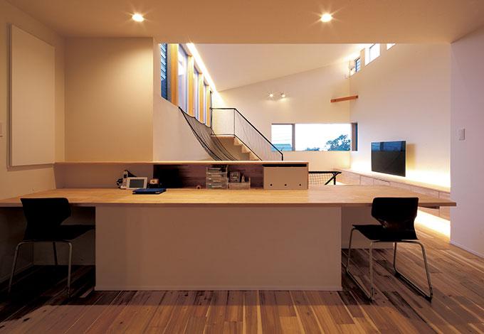 TENアーキテクツ 一級建築士事務所【デザイン住宅、スキップフロア、建築家】リビングに設えられた大きなデスクは、宿題のほか、ご主人の仕事に、奥さまのアイロン掛けに。家族が自然にふれあえるようにとの思いを象徴する
