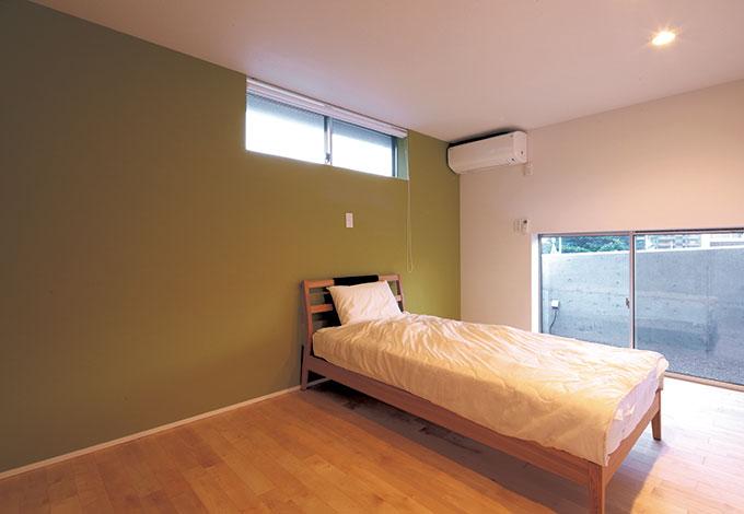 TENアーキテクツ 一級建築士事務所【デザイン住宅、スキップフロア、建築家】寝室は機能性の高い収納を備え、常にすっき り。窓の外はドライエリア的な役割。窓と壁の高さに配慮し、光を採り入れながらも通りからの視線が届かないようにしている