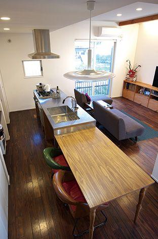 ステンレスのアイランドキッチンもオリジナルの造作。食器や調理器具に合わせた収納を作り付けにし、キッチンもすっきり