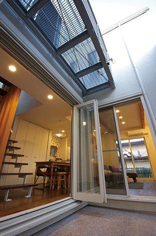 TENアーキテクツ 一級建築士事務所【デザイン住宅、子育て、建築家】バーベキューができる場所を、ということで実現した中庭。斜め格子をつけて、プライバシーも考慮