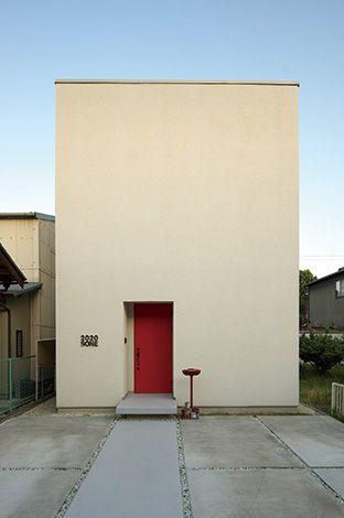 真っ白な箱形のフォルムに真っ赤な玄関ドア。見た目の印象を特に大切にした外観
