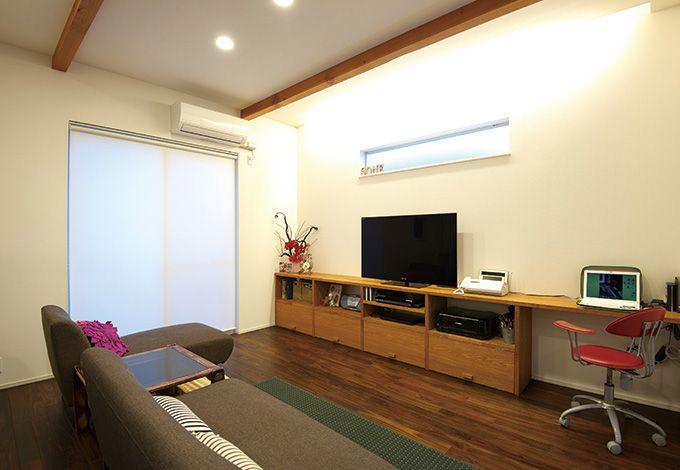 テレビボードを兼ねた収納棚は造作で