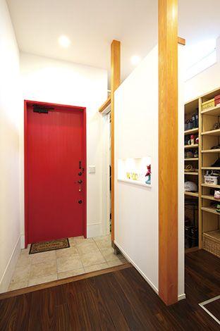 玄関収納は、収納棚を配置しスッキリした印象に