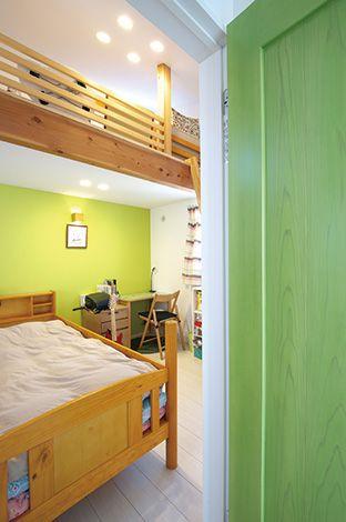 長男はグリーン、長女はピンクと、ドアと壁の色を合わせた子ども部屋。ロフトも設置し、縦の空間を有効利用