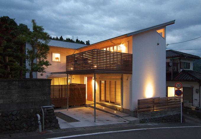 TENアーキテクツ 一級建築士事務所【二世帯住宅、ペット、建築家】昼間はその白さがまぶしい漆喰の壁も、夜は間接照明や部屋から漏れる明かりで、優しい表情に。ご主人 が、夜帰宅した時にほっとする景観なのだそう