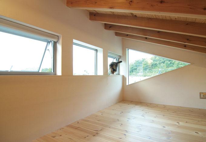 TENアーキテクツ 一級建築士事務所【二世帯住宅、ペット、建築家】ロフトに付けられた、遊び心のある三角窓。晴れた日には、ここから富士山を望む